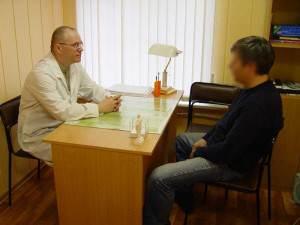 Лечение алкоголизма с помощью лекарственных препаратов должно идти вкупе с психотерапевтическим лечением, которое может
