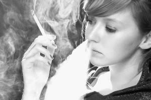 Девушка-подросток курит