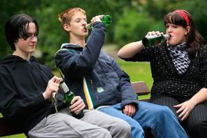 Подростки с алкогольным напитком