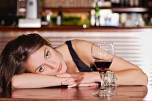 Женщина и бокал вина